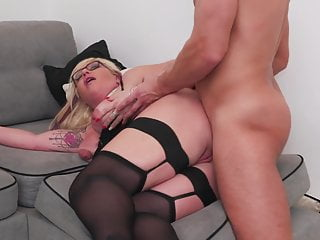 Mature sex bomb gets anal sex from lucky boy